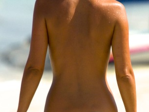 A_woman_with_a_suntan_wearing_a_bikini_(1)